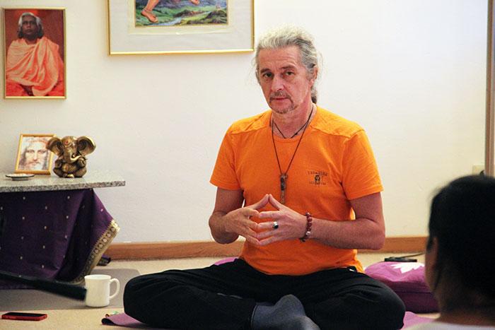 Йога на живи рави